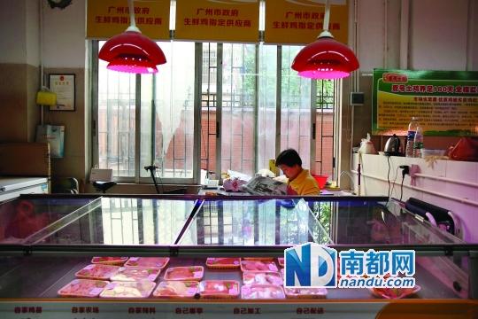 2014年11月3日,广州沙河登峰综合市场内,冰鲜鸡档口无人问津.图片